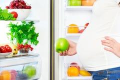 Nutrición y dieta durante embarazo Mujer embarazada con las frutas foto de archivo