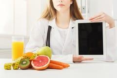Nutricionista do doutor que guarda a tabuleta digital imagens de stock royalty free