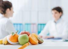 Nutricionista que encuentra a un paciente en la oficina foto de archivo libre de regalías