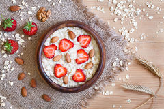 Nutririon sano de la dieta de las gachas de avena de la harina de avena del desayuno Fotografía de archivo