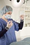 Nutrisca l'iniezione con la siringa nel tubo del dispositivo di venipunzione Fotografie Stock Libere da Diritti