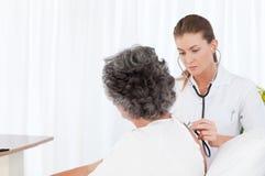 Nutrisca la cattura della cura del suo paziente Fotografie Stock