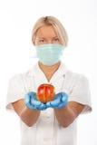 Nutrisca la mela di colore rosso della holding Immagini Stock Libere da Diritti