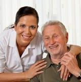 Nutrisca nella cura invecchiata per gli anziani nella professione d'infermiera Fotografie Stock Libere da Diritti