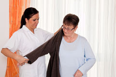 Nutrisca nella cura invecchiata per gli anziani nella professione d'infermiera Fotografie Stock