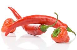 Nutrition équilibrée - baies douces et poivrons chauds Images stock