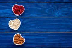 Nutrition appropriée pour des pathients avec la maladie cardiaque Le cholestérol réduisent le régime Farine d'avoine, grenade, am photo stock