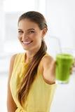 nutrition Mulher comendo saudável Suco da desintoxicação Estilo de vida, Vegetar imagem de stock royalty free