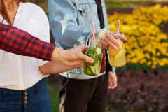 Nutrition saine Amis buvant du thé de detox Photo stock