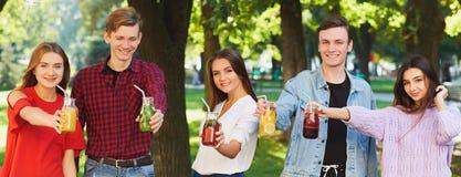 Nutrition saine Amis buvant du thé de detox Photos libres de droits