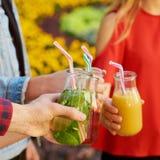 Nutrition saine Amis buvant du thé de detox Photo libre de droits