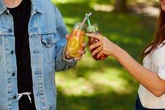 Nutrition saine Amis buvant du thé de detox Image stock