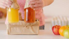 Nutrition saine de boîte fraîche à jus de bouteilles de mains banque de vidéos