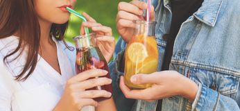 Nutrition saine Thé potable de detox de couples Images stock