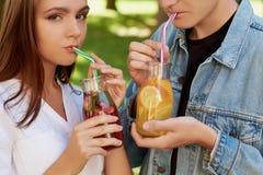 Nutrition saine Thé potable de detox de couples Photos stock