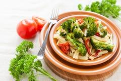 Nutritious макаронные изделия с зажаренными в духовке овощами брокколи и перцем стоковое изображение