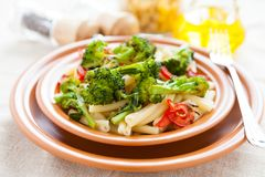 Nutritious макаронные изделия с зажаренными в духовке овощами стоковые фото