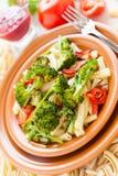 Nutritious макаронные изделия с зажаренным в духовке крупным планом овощей стоковое изображение