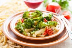 Nutritious макаронные изделия с зажаренными в духовке вегетарианскими овощами стоковая фотография rf