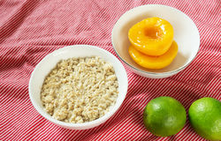 Nutritious breakfast: oatmeal and slices of peaches Royalty Free Stock Photos