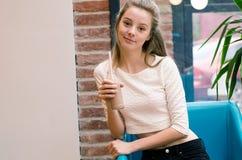 Nutrizione di Juice And Smoothies For Healthy della disintossicazione Bella donna sorridente che si siede in caffè con la disinto Immagini Stock