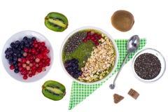 Nutrizione-frutta e Berry Smoothie With Oat Flakes e Chia Seeds vegetariani in buona salute immagine stock
