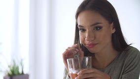 Nutrizione sana Cocktail bevente dei frullati della disintossicazione della donna stock footage