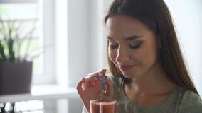 Nutrizione sana Cocktail bevente dei frullati della disintossicazione della donna archivi video