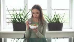 Nutrizione sana Donna che mangia l'insalata stante a dieta della verdura video d archivio