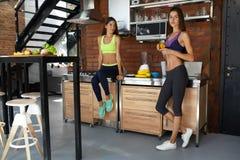 Nutrizione sana Donne di forma fisica in frullato bevente degli abiti sportivi Fotografie Stock