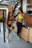 Nutrizione sana Donne di forma fisica in frullato bevente degli abiti sportivi Immagini Stock Libere da Diritti