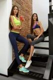 Nutrizione sana Donne di forma fisica in frullato bevente degli abiti sportivi Fotografia Stock Libera da Diritti