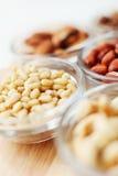 nuts зажаренная в духовке сосенка кучи Стоковая Фотография