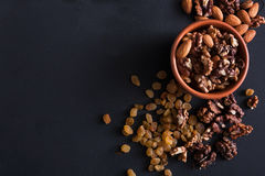 Free Nuts And Raisins At Black Background. Healthy Source Of Fat For Vegans And Vegetarians Stock Photo - 91383370
