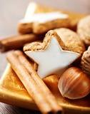 nuts kanelbruna kakor för jul Arkivfoton
