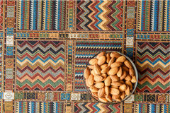 Nuts Mandeln auf einem Teppich Stockfotos