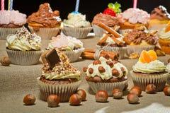nuts muffiner för chokladcloseupkräm Arkivbilder