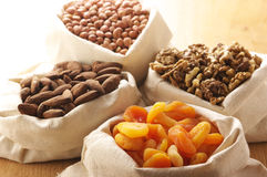 Nuts och torkade aprikosar Fotografering för Bildbyråer