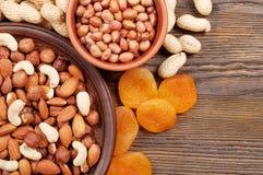 Nuts und getrocknete Aprikosen Lizenzfreie Stockfotos