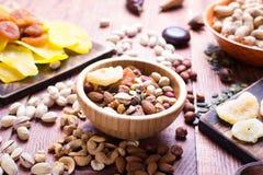 Nuts und trockene Frucht, in den Schüsseln, auf Brettern Stockfoto