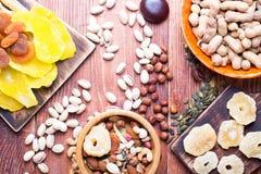 Nuts und trockene Frucht, in den Schüsseln, auf Brettern Lizenzfreie Stockfotos