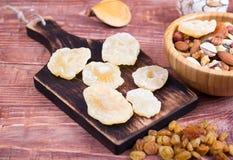 Nuts und trockene Frucht, in den Schüsseln, auf Brettern Stockfotografie