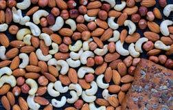 Nuts Zusammenstellung und Roggen säen Brotfotohintergrund Acajoubaum, Mandel, Haselnussmischungsnahaufnahme Stockfoto