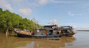 Nutteloze boten die op Mekong rivier wachten royalty-vrije stock afbeelding