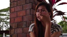 Nutteloze tijd voor een eenzame dame, schoonmakende neus toe te schrijven aan koude Sluit omhoog, stock video
