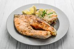 Nuttig en smakelijk voedsel, geroosterde Zalm met Groenten en Rijst Royalty-vrije Stock Foto's