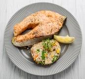 Nuttig en smakelijk voedsel, geroosterde Zalm met Groenten en Rijst Stock Fotografie