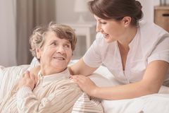 Nuttige jonge verpleegster royalty-vrije stock foto