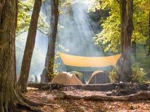 Nuttige rust in tenten in de wildernis Stock Foto