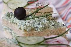 Nuttige sandwiches met zachte kaas en kruidenmacro royalty-vrije stock afbeeldingen
